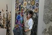 Stoffe zum Träumen: Tina Moor, Leiterin Textildesign an der Luzerner Hochschule, mit Stoffmuster. (Bild: Nadia Schärli / Neue LZ)