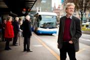Stadtrat Adrian Borgula (Grüne) am Sonntagnachmittag am Busperron beim Bahnhof Luzern. Er sieht aufgrund des Abstimmungsresultats seine Verkehrspolitik bestätigt. (Bild: Philipp Schmidli / Neue LZ)