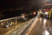 Die Rettungskräfte beim Bergen das Unfallautos. (Bild: Freiwillige Feuerwehr Zug (Baar, 11. November 2017))