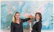 Reisen für ihre Kunden nicht nur in Gedanken um die Welt: Monika Elmiger (links) und Frieda Bässler. (Bild: Nadia Schärli (Luzern, 26. Februar 2018))