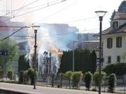 Am Sonntagnachmittag brannte eine Hecke beim Bahnhof Sursee. (Bild: Leserreporter)
