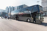 Ein Doppelstock-Bus von Domo Reisen. (Bild: Gaëtan Bally/Keystone (Kloten, 1. November 2017))