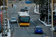 Ein Bus auf der Christoph-Schnyder-Strasse in Sursee. Die Parkplätze am Strassenrand erschweren das Kreuzen mit dem übrigen Verkehr. (Bild: Pius Amrein / Neue LZ)