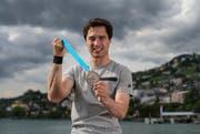 Der Immenseer Max Heinzer zeigt in Montreux seine EM-Silbermedaille, die er sich im Degen-Einzel holte. (Bild Valeriano Di Domenico)