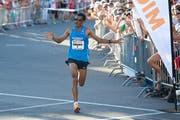 Tadesse Abraham greift am Ägeriseelauf den Streckenrekord ab. Das Bild stammt aus dem Jahr 2014. (Bild Christian H. Hildebrand)