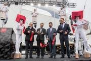 Sie schnitten das Band durch (von links): Robert Küng (Regierungsrat Luzern), Daniel Gasser (Gemeindepräsident Ebikon), Max Hess (Gemeindepräsident Dierikon) und Jan Wengeler, Direktor der Mall of Switzerland. (Bild: Nadia Schärli)
