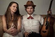 Rene Coal Burell und Sarah Bowman bilden das akustische Duo Famous October. (Bild: PD / Jesco Tscholitsch)
