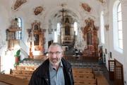 Kirchenratspräsident Ueli Portmann in der innen sanierten Pfarrkirche in Luthern. (Bild: Boris Bürgisser / Neue LZ)
