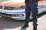 Ein Polizist der Zuger Polizei vor einem Einsatzfahrzeug (Symbolbild). (Bild: Zuger Polizei)