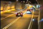 Ihm möchte man nicht begegnen: Der Ferrarifahrer setzt in der Kurve zu einem Überholmanöver an. (Bild: Kantonspolizei Obwalden)