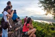 Eine Touristengruppe am Mount Phousi in Laos. Bild: Leias Tyler/Getty (Luang Prabang, 15. September 2014)