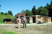 Ursi und Karl Durrer vor den Grundmauern ihres Hofs. Der hölzerne Teil darüber ist restlos verbrannt. (Bild Christoph Riebli)