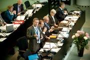 Finanzdirektor Marcel Schwerzmann (stehend) spricht während der Budget-Debatte im Kantonsrat. (Bild: Boris Bürgisser / Neue LZ)