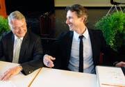 Urs W. Studer (links) und Josef Wicki beim Unterschreiben des Fusionsvertrags im Juni 2007. (Bild Markus Forte/Neue LZ)