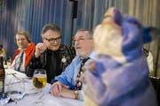 Am Montagabend beim Gnagi essen (von links): Gnagi-Herold Charlie Bösch, Stadtpräsident Stefan Roth und Schatzmeister Hans Pfister. (Bild: Corinne Glanzmann (Neue LZ))