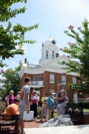 Literarische Spurensuche: Touristen besuchen in Monroeville (Alabama) Schauplätze des Romans «Wer die Nachtigall stört» von Harper Lee. (Bild: AP/Andrea Mabry)