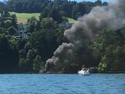 Das Boot steht in Brand. (Bild Boris Macek / Radio Pilatus)