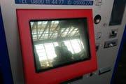 An den Ticketautomaten gibt es nur schwarze Screens zu sehen. (Bild: Leserbild Jeffrey Schmidt)
