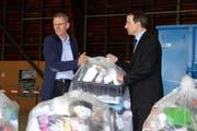 Rainer Kistler, Amtsleiter Amt für Umwelt Zug (links) und Martin Zumstein, Verwaltungsrat der Renergia auf dem Ökihof in Emmen. Eine separate Kunststoffsammlung in der Zentralschweiz steht zurzeit nicht im Vordergrund. Geprüft wird eine Separatsammlung auf den Ökihöfen. (Bild: PD)