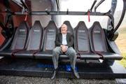 Investor Samih Sawiris sitzt auf einem Sessellift anlässlich des Baustarts der zweiten Bahn Oberalppass-Calmut im Herbst 2015. (Bild: Keystone)