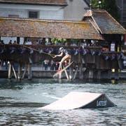 Die Sprünge der Wakeboarder auf der Reuss begeisterten das Publikum. (Bild: Manuala Jans / Neue LZ)