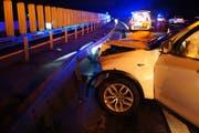 Das Auto weist nach dem Unfall einen Totalschaden auf, die Leitplanke wurde ebenfalls stark beschädigt. (Bild: Zuger Polizei (Cham, 12. Februar 2018))