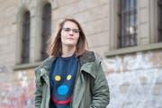 Hazel Brugger mit ihrem übergrossen «Emotions-Pulli für Emos»: eine Grösse, geschlechtsneutral. (Bild: Boris Bürgisser / Neue LZ)