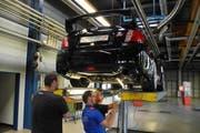 Die Kantonspolizei Schwyz kontrolliert ein getuntes Auto. (Bild: pd)