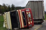 Beim Unfall kippte der Lastwagen um. (Bild: Luzerner Polizei)