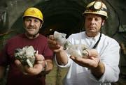 Die Strahler Franz Stalder, links, und Roland Furrer zeigen die Kristalle aus dem Hubelmatt-Tunnel. (Bild Chris Iseli/Neue LZ)