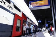 Der Interregio von Zürich nach Luzern hält im Bahnhof Zug. (Symbolbild) (Bild: Werner Schelbert (10. Juli 2017, Zug))