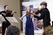 Ivan Smirnov (links) aus Russland zeigte zusammen mit Triinu Piirsalu aus Estland und Gustav Rormark aus Norwegen sein Können am Schlusskonzert im Lassalle-Haus. (Bild: Werner Schelbert (Menzingen, 22. Juli 2017))