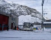 Bei einem Wendemanöver in der Nähe des Bahnhofs Andermatt touchierte ein Car einen Fahrleitungsmasten. (Bild: Kantonspolizei Uri)