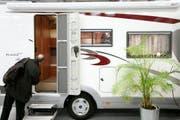 Wohnmobile mit üblicher Grösse könnten auf den eigenen Parkplätzen abgestellt werden. Das Abstellen eines Wohnmobils mit lastwagenähnlichem Erscheinungsbild sei jedoch nicht mehr zonenkonform, hält das Gericht fest (Symolbild). (Bild: Peter Klaunzer / Keystone)