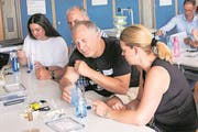 In Kursen werden Lehrerinnen und Lehrern zur Zeit in der ganzen Schweiz die Experimente im zweiten Nanokoffer vorgestellt. (Bild: PD)