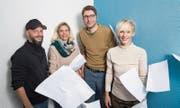 Gestaltung: Sven Gallinelli (Zweiter von rechts, Leiter) mit seinem Team (von links): Oliver Marx (Leiter Infografik), Daniela Bürgi (Leiterin Seitenproduktion) und Lene Horn (Leiterin Fototeam) (Bild: Eveline Beerkircher)