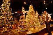 Funkeln und Glitzern im Überfluss. Alfred Dünnenberger zeigt seine Sammlung an historischem Weihnachtsschmuck im Museum Burg Zug zum ersten Mal der Öffentlichkeit. (Bild: Andreas Faessler / Neue ZZ)