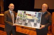 Hugo Steiner, links, übergibt Reto Müller ein Bild der Schwyzer Künstlerin Ulli Baumgartl (Bild: PD)