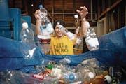 Im Reich der Güselsammler: Roman Peter (33), Gründer der Trash-Hero-Bewegung. (Bild: Corinne Glanzmann (Emmenbrücke, 22. Dezember 2016))