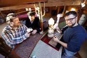 Die Begründer der neuen Brauerei in Edlibach sind auf der Suche nach einem eigenen Lokal: Joshua Armstrong, Pierino Bonetti und Aaron Willits (von links) in ihrem Klubraum. (Bild Werner Schelbert)