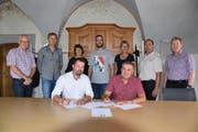 Die Gemeindepräsidenten von Altishofen und Ebersecken unterzeichnen den Vertrag. (Bild: pd)