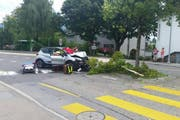 Am Nachmittag fuhr ein Autofahrer in eine Verkehrsinsel in Meggen. (Bild: Leserreporter Armin W.)