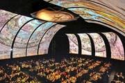 Im Luzerner Saal des KKL wird das Drei-Gang-Dinner serviert: Die grossflächigen Leinwände sorgen mit wechselnden Motiven für stimmungsvolles asiatisches Flair. (Bild Nadia Schärli)