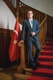 Ilhan Saygili in der türkischen Botschaftsresidenz in Bern. (Bild: Roger Grütter (12. Juli 2017))