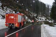 Aufräumarbeiten am Brünig-Pass. (Bild: Kantonspolizei Obwalden)