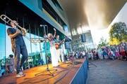 Nilsa aus Mosambik gestern Abend bei der Eröffnung des Strassenmusikfestivals auf dem Luzerner Europaplatz. (Bild: Blld Roger Grütter)