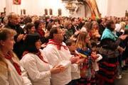 Die Schwyzer Kirchengänger applaudieren ihrem Pfarrer. (Bild Laura Vercellone/Neue SZ)