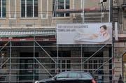 Das Plakat an der Fassade vom Hotel Anker in Luzern sorgt für rote Köpfe. (Bild: Ramona Geiger / luzernerzeitung.ch)