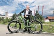Eugen Elmiger, CEO von Maxon Motor, mit einem Stöckli-Bike, das durch den Maxon-Antrieb zum E-Bike wird. (Bild: Corinne Glanzmann/OZ, Sachseln, 28. Juni 2017)