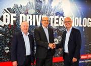 Freuen sich auf die gemeinsame Zukunft (von links): Eugen Elmiger (CEO maxon motor), Dieter Bieler (zub machine control) und Uwe Oeftiger (neuer Geschäftsführer zub machine control). (Bild: maxon motor ag/PD)